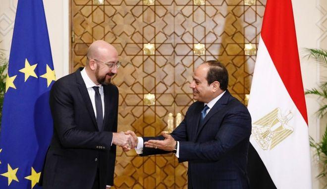 Ο Σαρλ Μισέλ και ο Αμντέλ Φατάχ αλ Σίσι κατά την συνάντησή τους στο Κάιρο