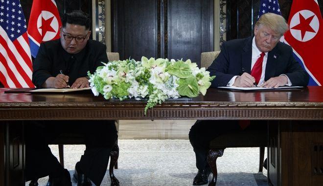 Ο Κιμ Γιονγκ Ουν και ο Ντόναλντ Τραμπ υπογράφουν τη συμφωνία ανάμεσα σε Βόρεια Κορέα και ΗΠΑ