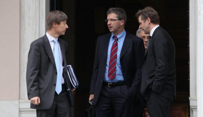Ο επικεφαλής της ομάδας του ΔΝΤ, Δανός Πολ Τόμσεν, αριστερά, ο εκπρόσωπος της Ευρωπαϊκής Επιτροπής για την Ελλάδα ο Γερμανός Ματίας Μορς, δεξιά και κέντρο, ο Γερμανός Κλάους Μαζούχ της Ευρωπαϊκής Κεντρικής Τράπεζας, επικεφαλής του τμήματος για τις χώρες της Ευρωπαϊκής Ένωσης, εξέρχονται από το Μέγαρο Μαξίμου μετά από την συνάντηση του Πρωθυπουργού Λουκά Παπαδήμου με το μικτό κλιμάκιο της Ευρωπαϊκής Ένωσης, της Ευρωπαϊκής Κεντρικής Τράπεζας και του Διεθνούς Νομισματικού Ταμείου, Κυριακή 5 Ιανουαρίου 2012, στο πλαίσιο των διαπραγματεύσεων της κυβέρνησης με την τρόικα για την νέα δανειακή σύμβαση. (EUROKINISSI // ΓΙΑΝΝΗΣ ΠΑΝΑΓΟΠΟΥΛΟΣ)
