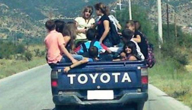 Πηγαίνουν στο σχολείο σε καρότσα αγροτικού!