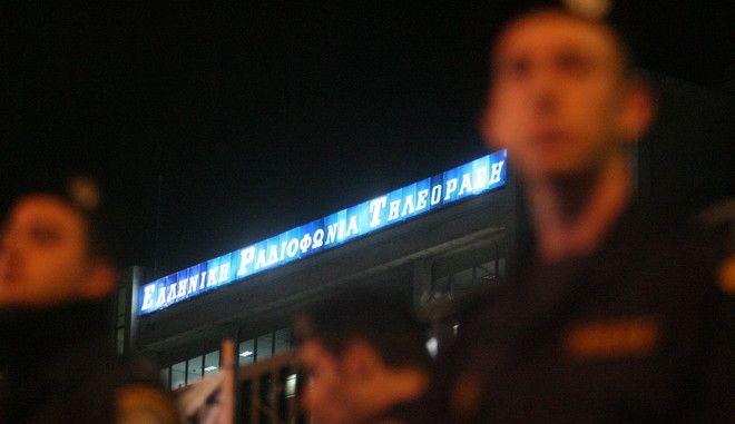 Συνεχίστηκαν για δεύτερη ημέρα την Παρασκευή 8 Νοεμβρίου 2013, οι συγκεντρώσεις αλληλεγγύης από πολίτες έξω από το Ραδιομέγαρο της ΕΡΤ στην Αγ. Παρασκευή  προκειμένου να διαμαρτυρηθούν για την έφοδο των ΜΑΤ (EUROKINISSI/ΤΑΤΙΑΝΑ ΜΠΟΛΑΡΗ)