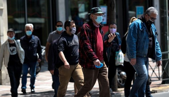 Πολίτες με μάσκα στο κέντρο της Αθήνας
