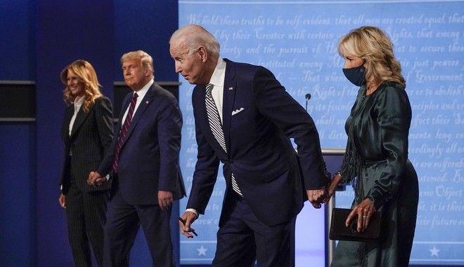 Οι Ντόναλντ Τραμπ και Τζο Μπάιντεν με τις συζύγους τους μετά το πρώτο ντιμπέιτ τον Σεπτέμβριο του 2020