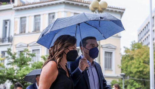 Ο Αλέξης Τσίπρας, με την Περιστέρα Μπαζιάνα στον εξωτερικό χώρο της Μητρόπολης Αθηνών κατά την τελετή αποχαιρετισμού του Μίκη Θεοδωράκη