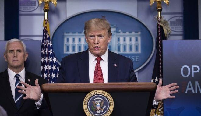 Ο Ντόναλντ Τραμπ σε ενημέρωση στον Λευκό Οίκο