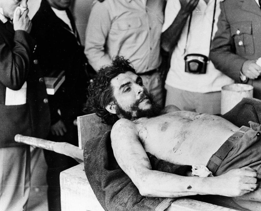 Το πτώμα του Τσε Γκεβάρα, λίγο μετά την εκτέλεσή του (9/10/1967).