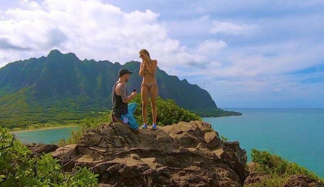 Ταξίδεψε μέχρι τη Χαβάη για να της κάνει πρόταση γάμου