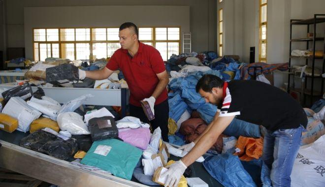 Υπάλληλοι των παλαιστινιακών ταχυδρομείων διαχειρίζονται γράμματα και δέματα 8 ετών
