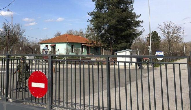 Έλληνες στρατιώτες σε συνοριακή πύλη στις Καστανιές Έβρου