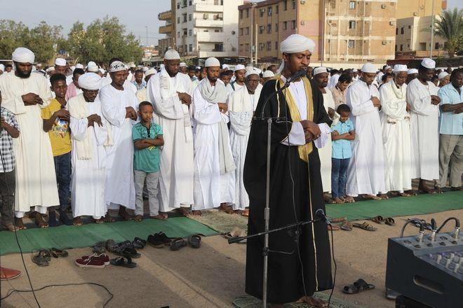 Οι Σουδανοί προσκυνητές συγκεντρώνονται για τις προσευχές του Eid al-Fitr, των μουσουλμανικών εορτών που ξεκινούν στο τέλος του ιερού μήνα νηστείας του Ραμαζανιού. Στο Σουδάν χιλιάδες άνθρωποι συγκεντρώθηκαν για προσευχές σε τζαμιά αψηφώντας την απαγόρευση κυκλοφορίας και άλλους περιορισμούς κατά της Covid-19.