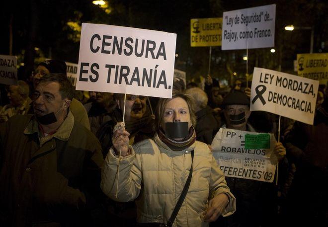 Καρέ από πορεία διαμαρτυρίας κατά της λογοκρισίας των δημοσιογράφων στη Μαδρίτη, Ιανουάριος 2015