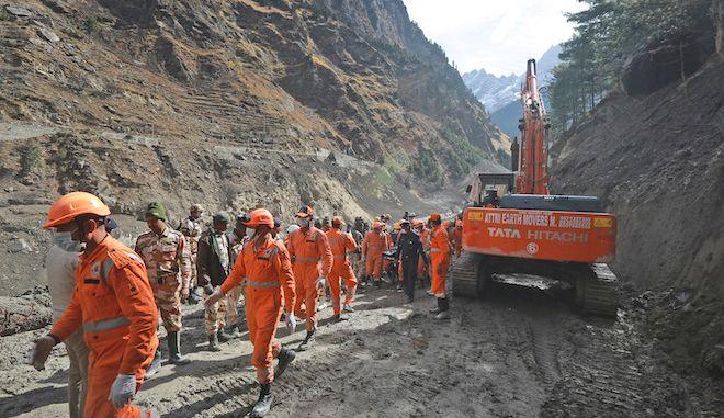 Η ινδική Ομάδα Αντιμετώπισης Καταστροφών καθαρίζει συντρίμμια αφότου ένα μέρος του παγετώνα Nanda Devi κατέρρευσε, 9 Φεβρουαρίου 2021.