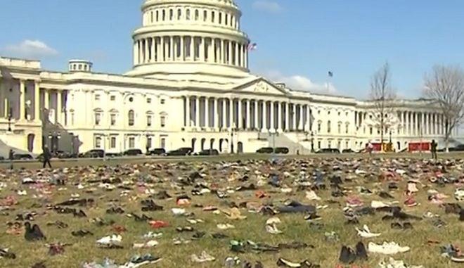 Παπούτσια νεκρών παιδιών από επιθέσεις σε σχολεία γέμισαν την αυλή του Καπιτώλιου