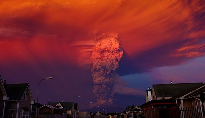 epa04716828 General view of Chilean Calbuco volcano from Puerto Montt, located at 1000 km southern Santiago de Chile, Chile, 22 April 2015. Due to the eruption of the volcano with a smoke column 20 km high, authorities declared a red alert and ordered the evacuation of around 1500 inhabitants of Ensenada, Alerce, Colonia Río Sur and Correntoso towns.  EPA/ALEX VIDAL BRECAS
