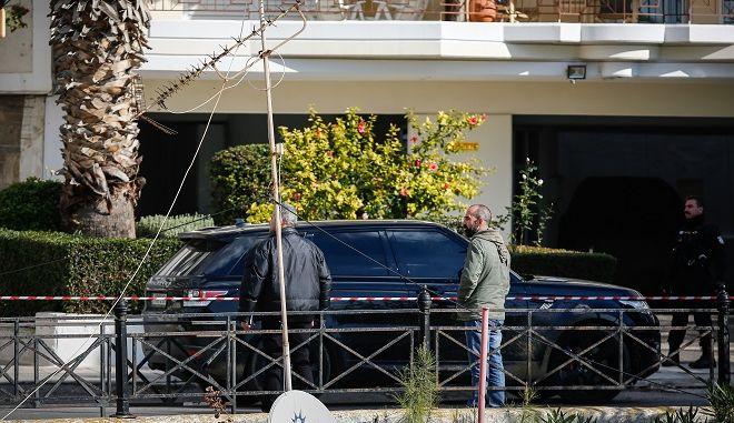 Απαγωγή επιχειρηματία στην ακτή Θεμιστοκλέους στον Πειραιά, την Πέμπτη 27 Δεκεμβρίου 2018. Τέσσερις άνδρες με ρούχα που είχαν διακριτικά της ΕΚΑΜ πλησίασαν και ακινητοποίησαν τον επιχειρηματία. Οι απαγωγείς ανάγκασαν το θύμα να τους ακολουθήσει, τον έβαλαν σε ένα αυτοκίνητο και εξαφανίστηκαν.