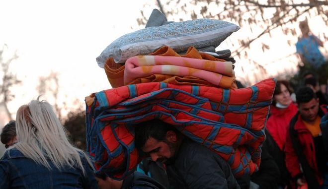 """Πρόσφυγες στο χώρο που παραχώρησε και διαμόρφωσε ο δήμος Τρικκαίων στο αναψυκτήριο του """"Φρουρίου"""" της πόλης των Τρικάλων το απόγευμα της Πέμπτης 10 Μαρτίου 2016.  Πρόκειται για 122 πρόσφυγες, οι περισσότερες οικογένειες με πολλά μικρά παιδιά, που αναχώρησαν το πρωΐ από το λιμάνι του Πειραιά, ενώ μέχρι αργά το βράδυ αναμένεται να φτάσουν άλλοι 70. Οι πρόσφυγες έγιναν δεκτοί από εκπροσώπους της δημοτικής αρχής, δημοτικούς συμβούλους και τους εθελοντές οι οποίοι και τους τακτοποίησαν στον εσωτερικό χώρο του Φρουρίου. Το πόσες μέρες θα μείνουν στα Τρίκαλα είναι άγνωστο, αν η διαβεβαίωση του υπουργείου Εθνικής Αμυνας είναι ότι θα παραμείνουν στα Τρίκαλα το πολύ μια εβδομάδα και μετά θα μεταφερθούν, μόλις τελειώσουν οι εργασίες διαμόρφωσης του χώρου στο στρατόπεδο που βρίσκεται μεταξύ Κουτσόχερου και Μάνδρας στο νομό Λάρισας. (EUROKINISSI/ΘΑΝΑΣΗΣ ΚΑΛΛΙΑΡΑΣ)"""