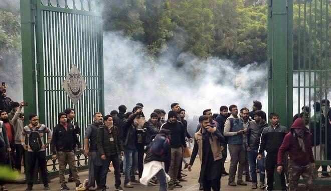 Βίαιη εισβολή αστυνομίας στο πανεπιστήμιο Jamia Millia Islamia στο Δελχί Ινδίας