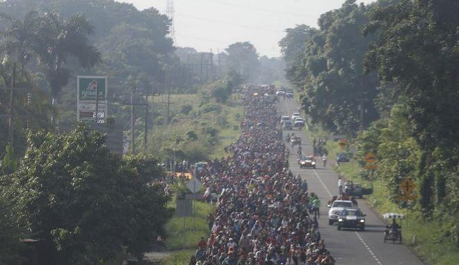 Μετανάστες από τη κεντρική Αμερική στο Μεξικό στο δρόμο για τις ΗΠΑ