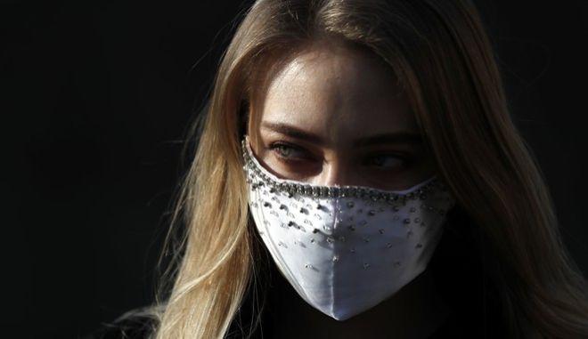 Κοπέλα με μάσκα στην Τσεχία