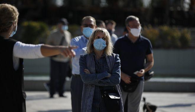 Πολίτες περιμένουν σε ουρά για rapid test στην Αθήνα