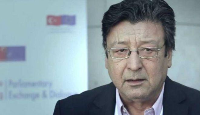 Πέθανε ο καθηγητής Βασίλης Καρύδης