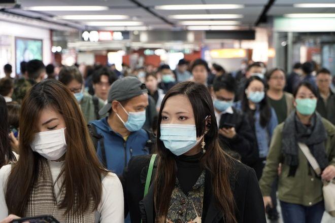 Άνθρωποι με μάσκες στο μετρό του Hong Kong στη σκιά του νέου Κοροναϊού