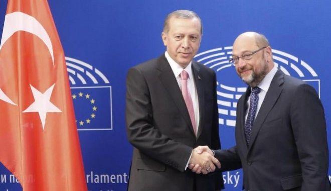 Υπό αμφισβήτηση η βίζα για την Τουρκία. Ο Σουλτς κάνει λόγο για 'αθέτηση λόγου'