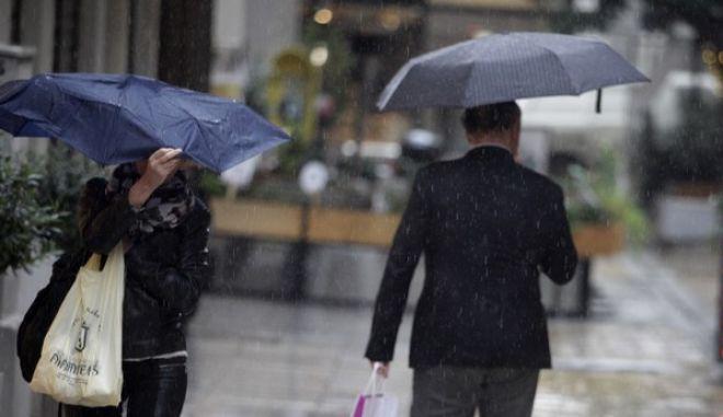 Πεζοί με ομπρέλες περπατούν σε δρόμο της Αθήανς κατα την διάρκεια βροχόπτωσης την Παρασκευή 27 Νοεμβρίου 2015. (EUROKINISSI/ΓΙΩΡΓΟΣ ΚΟΝΤΑΡΙΝΗΣ)