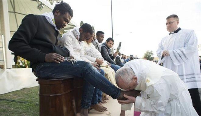 Ο Πάπας έπλυνε και φίλησε τα πόδια δώδεκα προσφύγων