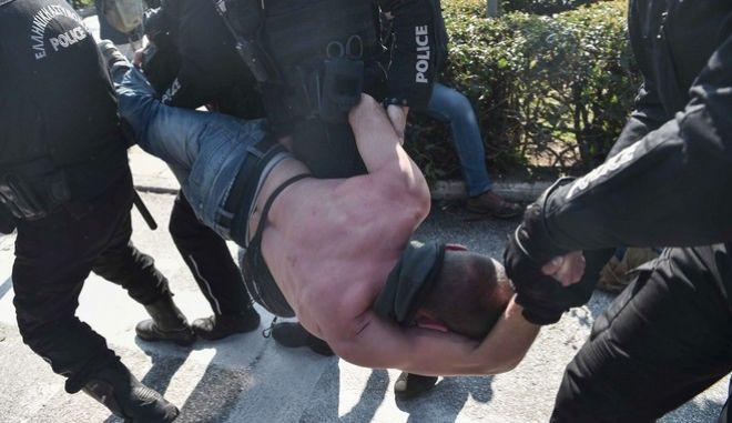 Tέσσερις αστυνομικοί σέρνουν ημίγυμνο διαδηλωτή στην Πρυτανεία του ΑΠΘ