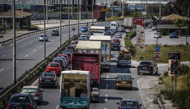Κίνηση στην εθνική οδό Αθηνών - Κορίνθου - φωτογραφία αρχείου