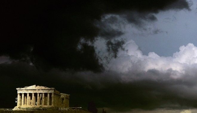 ** FILE ** The ancient Parthenon temple,  in the Acropolis hill, is seen before a storm in this photo from files taken on March 13, 2006. For centuries, often millennia, Europe's monuments have withstood earthquakes, fire and plundering. Now cultural treasures ranging from the Colosseum to Westminster Abbey could face new threats from climate change, a new study says. Climatologists, aided by chemists, geologists and biologists used projected climate data to predict up to 2099 how marble, limestone, wood and other materials commonly used in ancient buildings would fare in future weather patterns. Rising temperature fluctuations will cause increasing stresses to monuments built in marble and limestone leading to possible cracking and breakage. Thermal stress will increasingly affect southern and central Europe, which house monuments like the Colosseum in Rome, the Parthenon in Athens, and the 5th century B.C. Valley of Temples in Agrigento, Sicily _ considered the finest grouping of classic Greek temples outside of Greece. Less rain in southern Europe will also force authorities there to spend more money to clean monuments blackened by pollution.  (AP Photo/Petros Giannakouris)  ** zu unserem Korr **