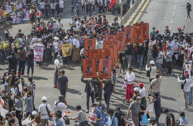 Διαδηλώσεις κατά του στρατιωτικού πραξικοπήματος στη Μιανμάρ