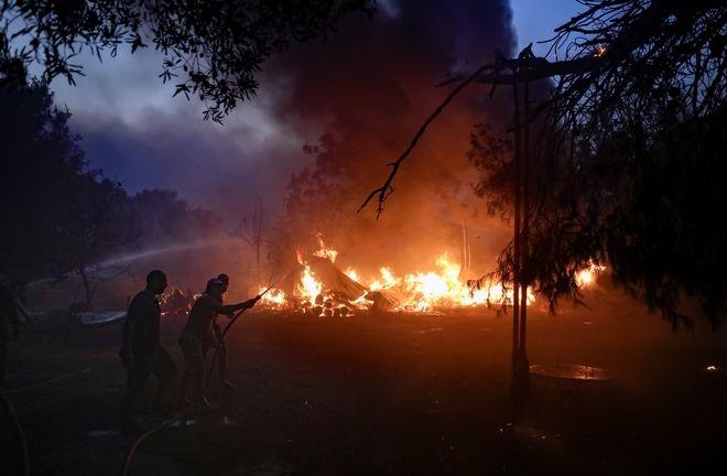 Φωτιά στη Βαρυμπόμπη: Εκκενώθηκε μέσα στη νύχτα τμήμα του Κρυονερίου - Συνεχείς αναζωπυρώσεις