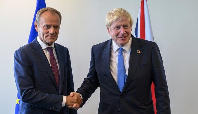Ο πρόεδρος του Ευρωπαϊκού Συμβουλίου Ντόναλντ Τουσκ με τον Βρετανό πρωθυπουργό Μπόρις Τζόνσον