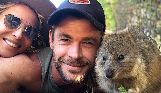 """Chris Hemsworth: Ο """"Thor"""" ταΐζει κουόκα στο στόμα και κατακτά το διαδίκτυο"""