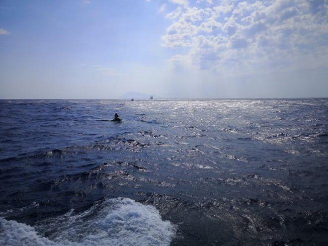 Μήλος: Συγκλονιστικές εικόνες από τη βύθιση του σκάφους και την περισυλλογή των 17 επιβαινόντων