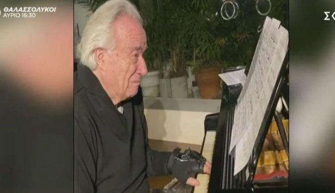 Πιανίστας ξαναέπαιξε πιάνο με τη βοήθεια βιονικών γαντιών