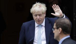 Ο Βρετανός πρωθυπουργός Μπόρις Τζόνσον έξω από την πρωθυπουργική οικία στο Λονδίνο