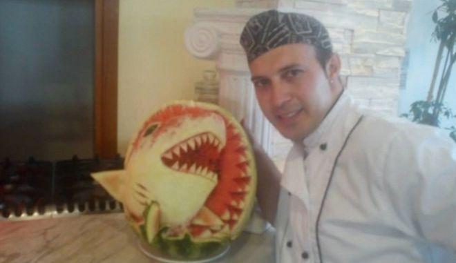 Χαλκιδική: Σεφ φτιάχνει μικρά έργα τέχνης σκαλίζοντας καρπούζια και γίνεται Viral