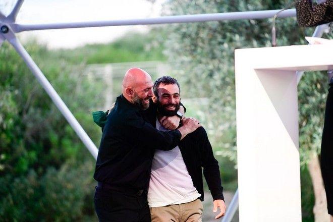 Ο Δημήτρης Τοσίδης, νικητής του βραβείου Athens Photo World 2021, με τον περσινό νικητή του βραβείου, Δημήτρη Μιχαλάκη