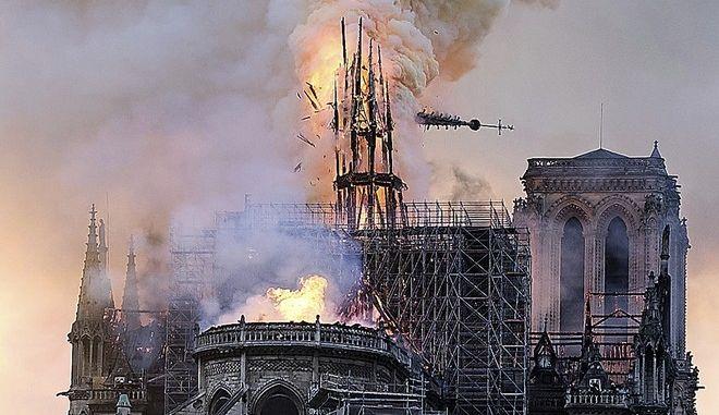 Φωτιά και καπνός στην Παναγία των Παρισιών