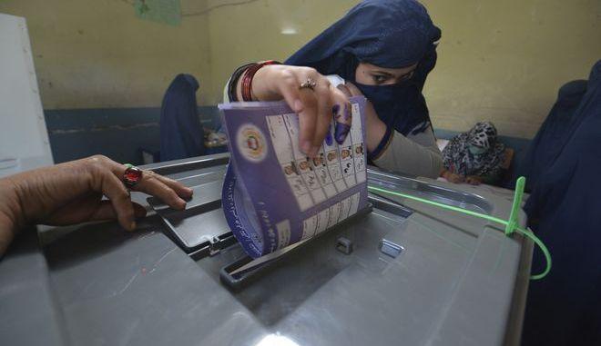 Γυναίκα ψηφίζει σε εκλογικό τμήμα στο Αφγανιστάν