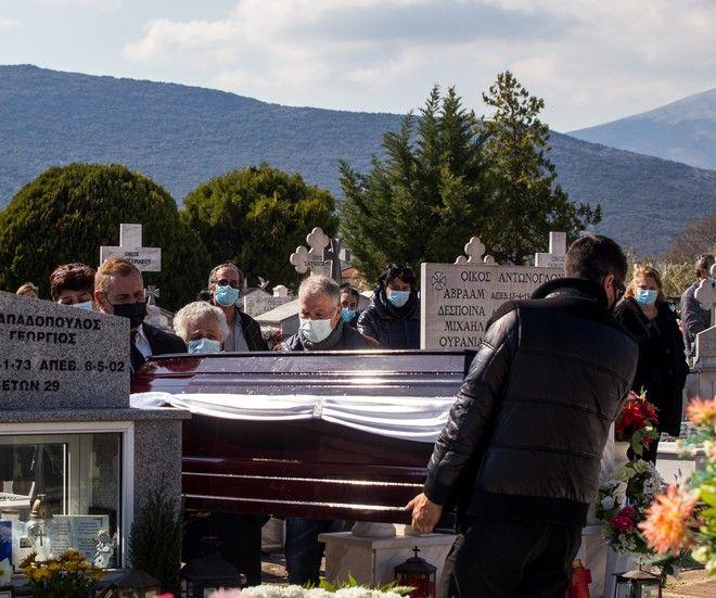 Στιγμιότυπο από την κηδεία του δολοφονηθέντος δημοσιογράφου Γιώργου Καραϊβάζ