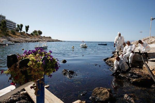 Απορρύπανση της Πειραϊκής από την πετρελειοκηλίδα πού άφησε πίσω του το