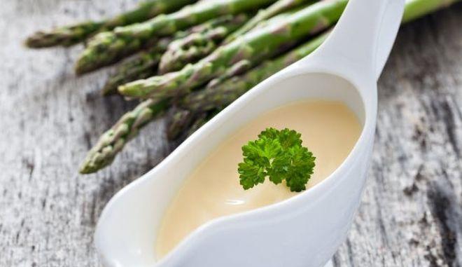 Σάλτσα ολαντέζ σε πορσελάνινο σκεύος (Shutterstock)