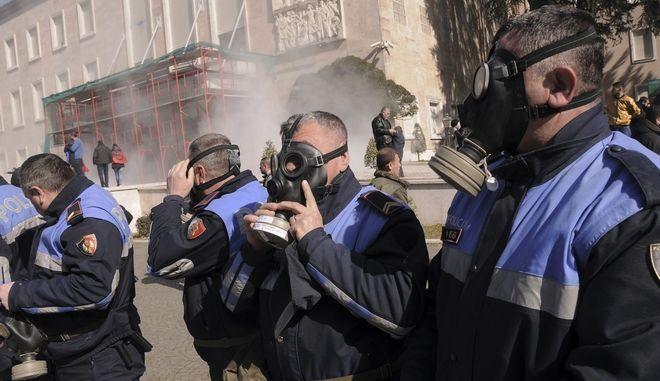 Αστυνομικοί με αντιασφυξιογόνες μάσκες