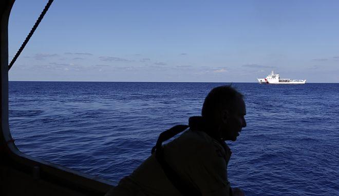 Βρετανός ακτοφύλακας πάλεψε με τα κύματα για να σώσει 3 ανθρώπους