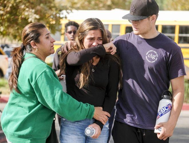 Σοκαρισμένη κοπέλα μετά την ένοπλη επίθεση στη Σάντα Κλαρίτα