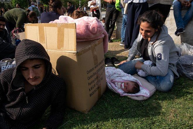 Δεκάδες πρόσφυγες από το Αφρίν της Συρίας, μπροστά στο άγαλμα του Ελευθέριου Βενιζέλου, στην πλατεία Αριστοτέλους της Θεσσαλονίκης